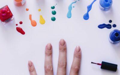 Smalto per unghie: il colore tra le mani
